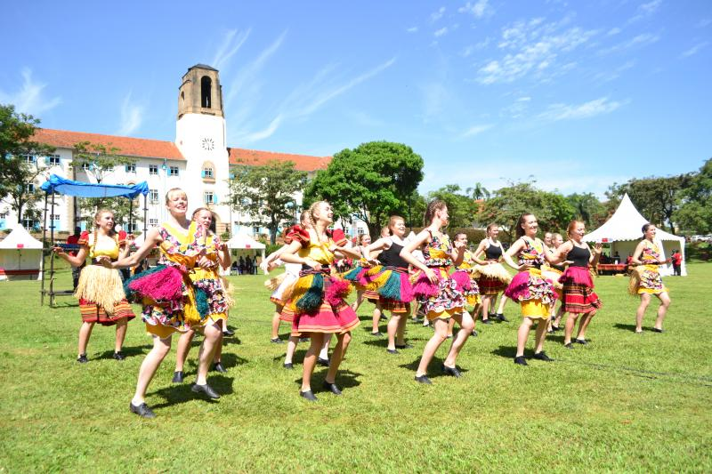 Students from the Norwegian University College of Dance in a traditional performance at the function